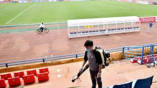 Un operario desinfecta un estadio en Hanoi (Vietnam).
