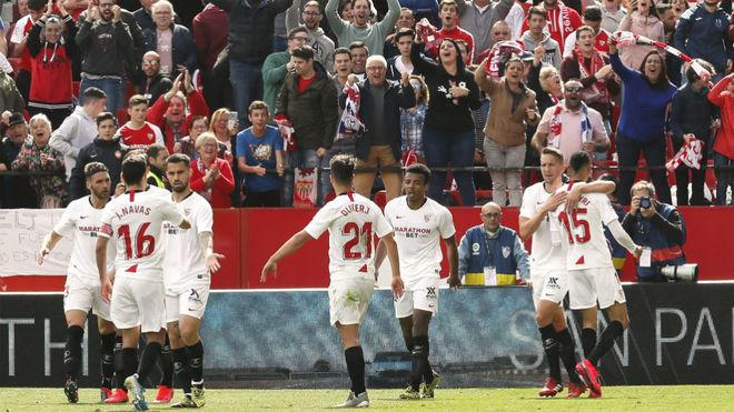 Los jugadores del Sevilla celebran un gol en Nervión.