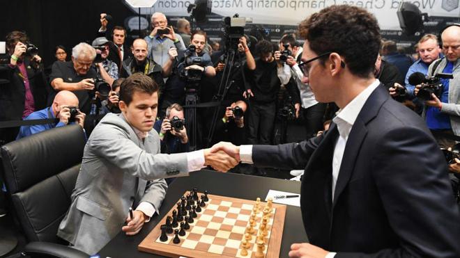 Magnus Carlsen, campeón mundial de ajedrez, saluda al aspirante al...