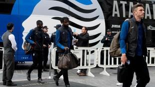 Los jugadores de la Atalanta, a la llegada al hotel de concentración...
