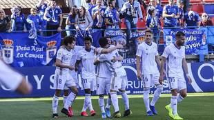Rodri es abrazado por Luismi delante de su afición tras su gol en el...