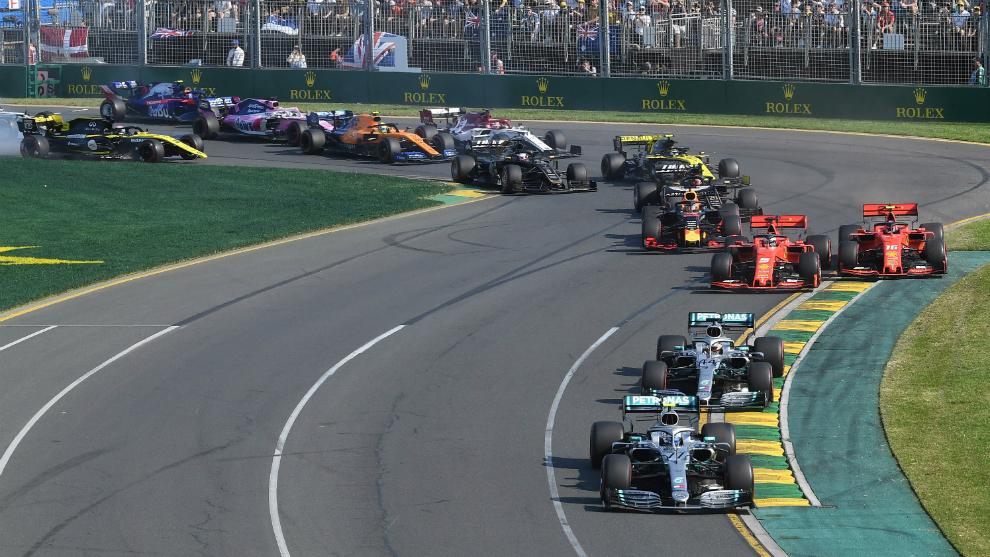 Bottas lidera en el inicio del GP de Australia 2019.