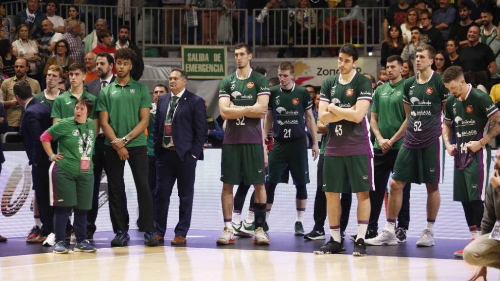 Los jugadores del Unicaja, tras la derrota en la final de Copa.
