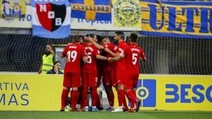 Los jugadores del Fuenla celebran un gol