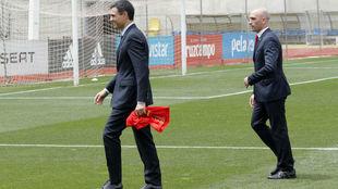 El presidente del Gobierno, Pedro Sánchez, perseguido por el de la...