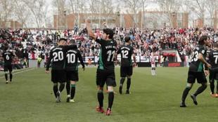 Los jugadores del Elche celebran con sus seguidores la victoria en...