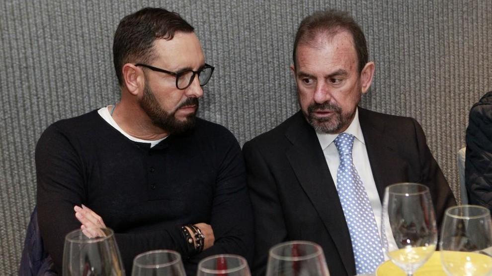 José Bordalás y Ángel Torres conversan durante un comida del club.