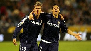 Cicinho celebra un gol con Beckham.