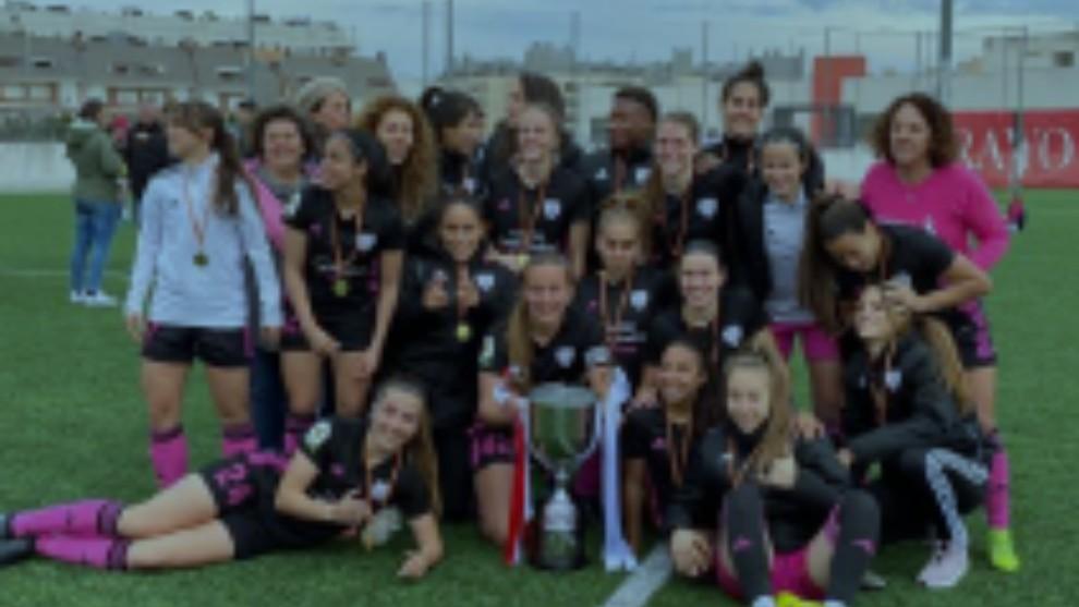 Las jugadoras dek Madrid CFF con las medallas y copa de campeonas