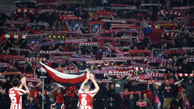Liverpool - Atlético: Los aficionados rojiblancos, animando a su...