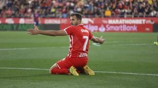 Stuani gesticula pidiendo un penalti durante un partido
