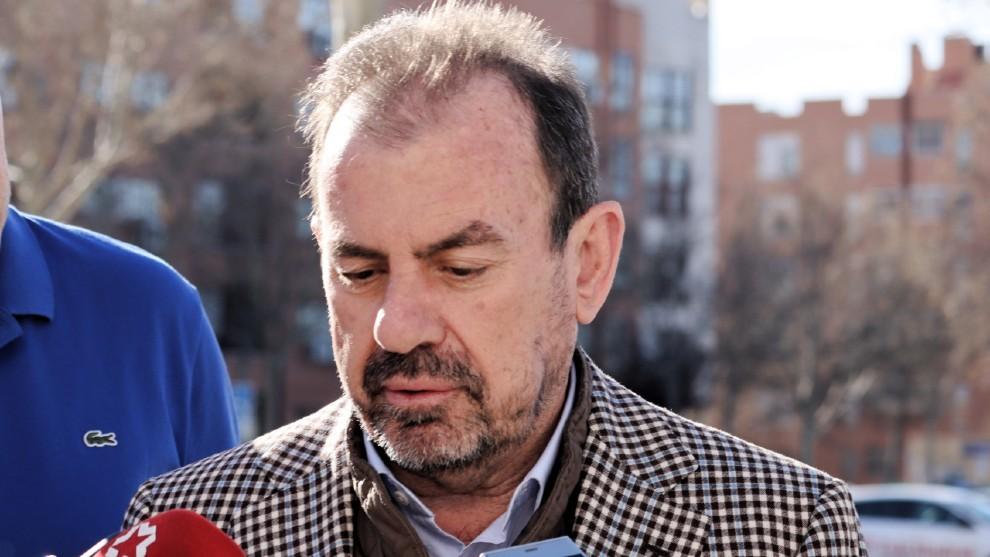 Ángel Torres, presidente del Getafe, atiende a los medios.