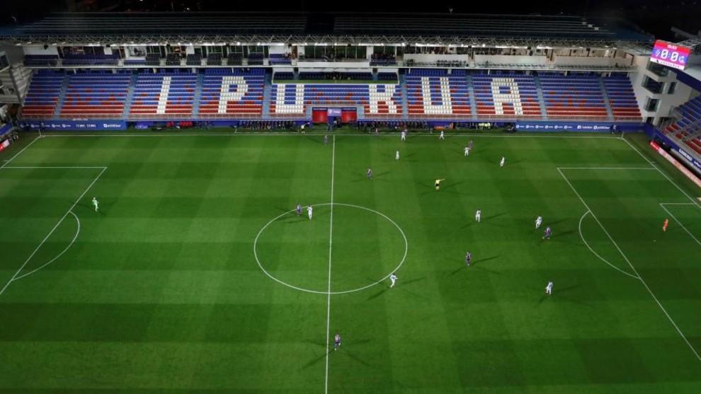 Panorámica del estadio de Ipurua con las gradas vacías mientras se...