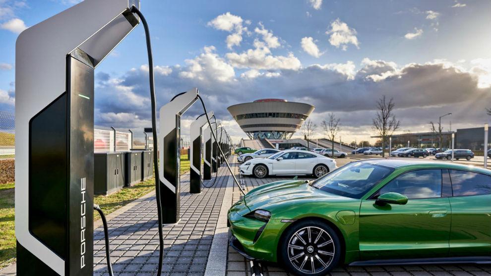 Un Porsche Taycan en una estación de súpercargadores.