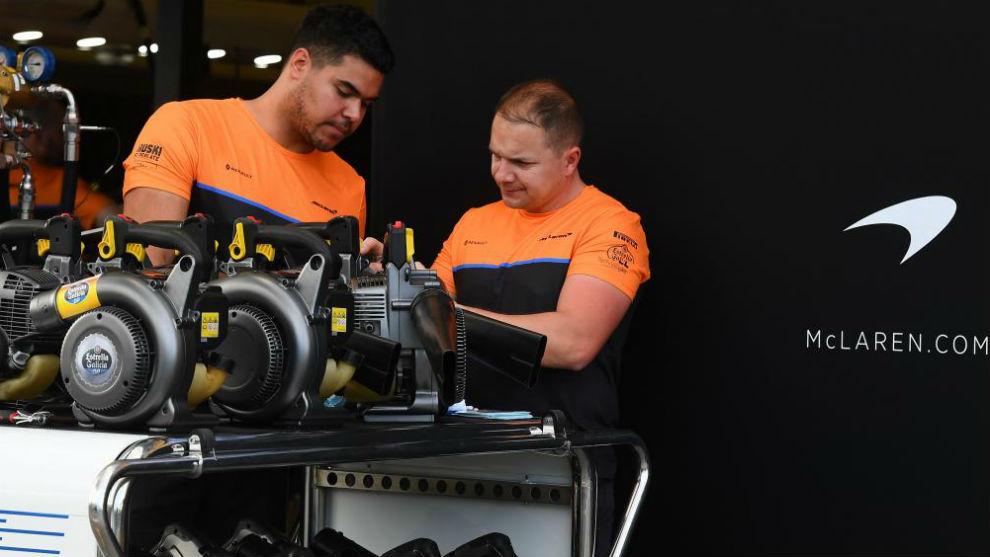Dos mecánicos de McLaren, trabajando hoy en Albert Park.