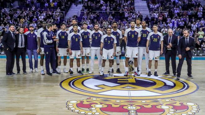 La plantilla del Real Madrid ofrece el título de Copa a su afición...