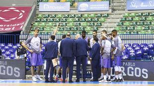 Los jugadores del San Pablo Burgos, reunidos en un Coliseo totalmente...