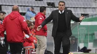 Sandoval, dirigiendo un partido del Córdoba, su último equipo, en...