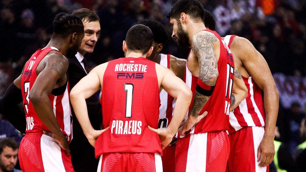 Los jugadores de Olympiacos atienden a Bartzokas