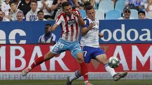 Gerard Valentín disputa un balón con Nieto en el Zaragoza-Lugo
