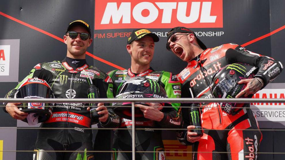 Rea, Alex Lowes y Redding, en el podio de la carrera 2 de Australia.