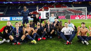 Los jugadores del PSG, celebrando el pase imitando el gesto de...