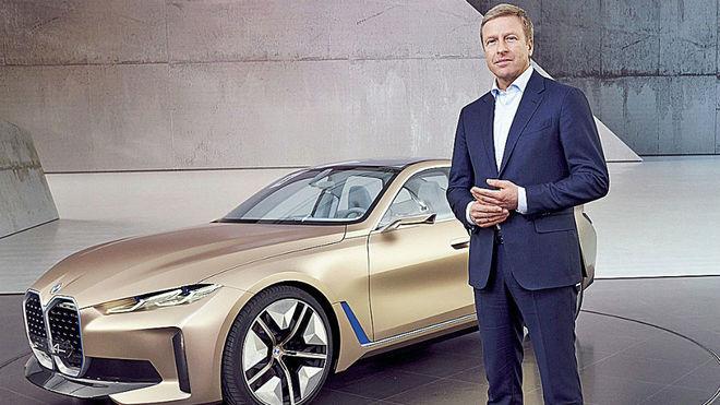 Oliver Zipse, consejero delegado de BMW Group, junto al i4 Concept.