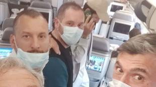 El equipo de Djokovic, en el avión de regreso a Montecarlo