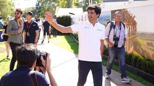 Carlos Sainz saluda mientras pasea por el 'paddock' de...