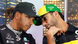 Hamilton charla con Ricciardo, durante la rueda de prensa de hoy en...