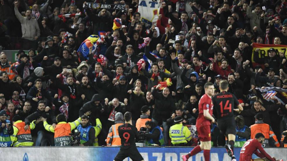 Morata celebra el gol ante la grada donde estaban ubicados los...