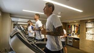 James, Ramos e Isco, trabajando en el gimnasio.