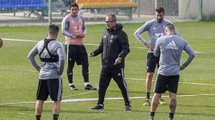 Álvaro Cervera se dirige a sus jugadores en un entrenamiento reciente...