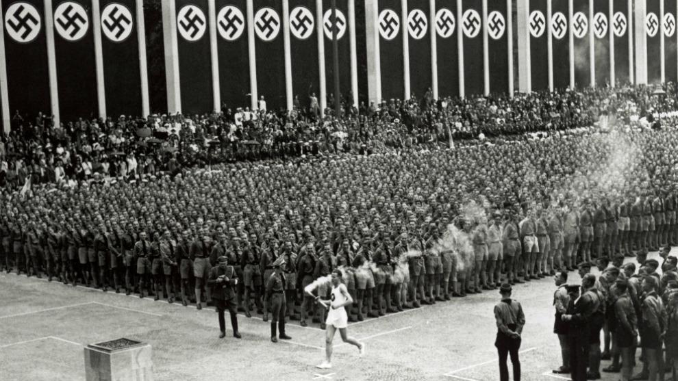 Fritz Schilgen porta la antorcha en la última etapa, en Berlín