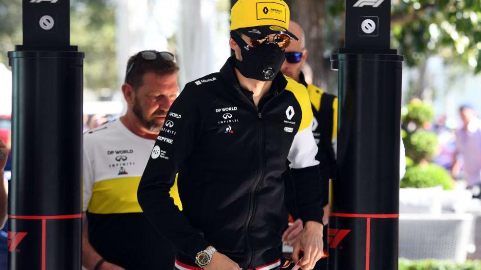 Esteban Ocon (Renault) a su entrada al circuito Albert Park de...