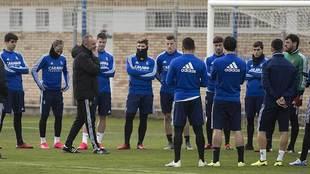 Víctor Fernández se dirige a sus jugadores en un entrenamiento...