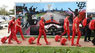 Los ingenieros y personal de Ferrari abandonan el circuito de Albert...