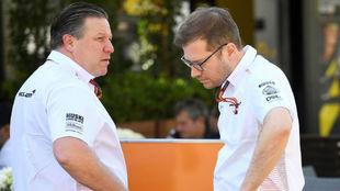 Zak Brown y Andreas Seidl, durante la jornada del miércoles en Albert...