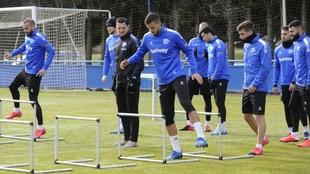 Los jugadores del Alavés, en una sesión de trabajo.