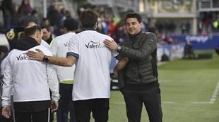 Míchel, en la banda de El Alcoraz antes del partido ante el...