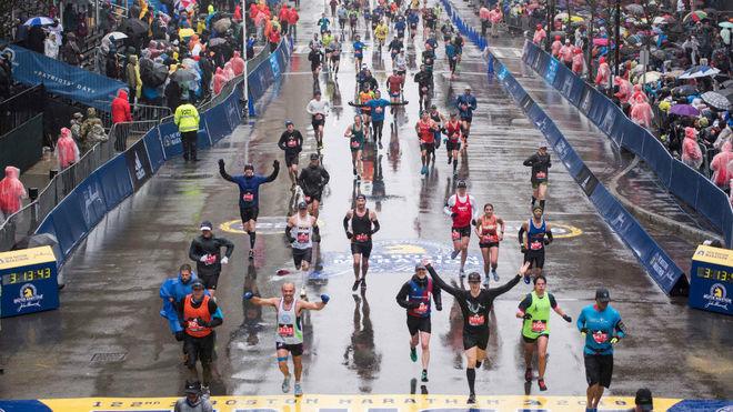 Cientas de personas participan en el maratón de Boston
