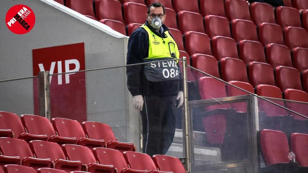 Un justicier avec un masque dans le match de Ligue Europa entre le ...
