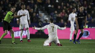 Hazard, en el partido ante el Levante en el que cayó lesionado.
