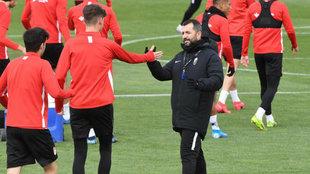 Diego Martínez saluda a los jugadores, durante un entrenamiento del...
