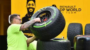 Un mecánico de Renault apila unos neumáticos de Pirelli en Albert...
