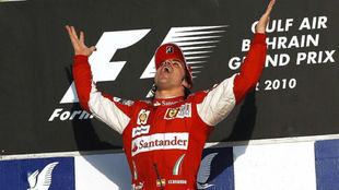 Alonso, celebrando la victoria en Bahréin.