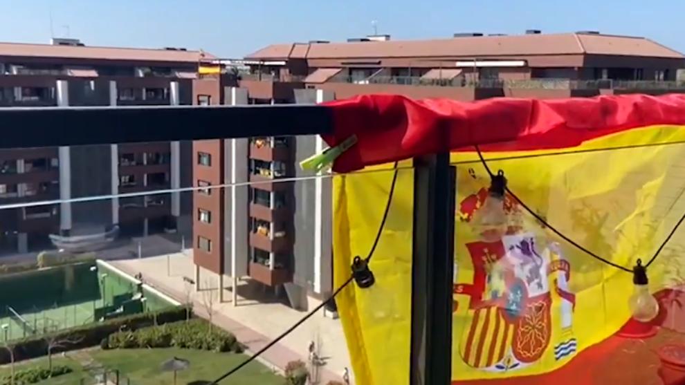 Una bandera de España en un balcón de una urbanización de Madrid.