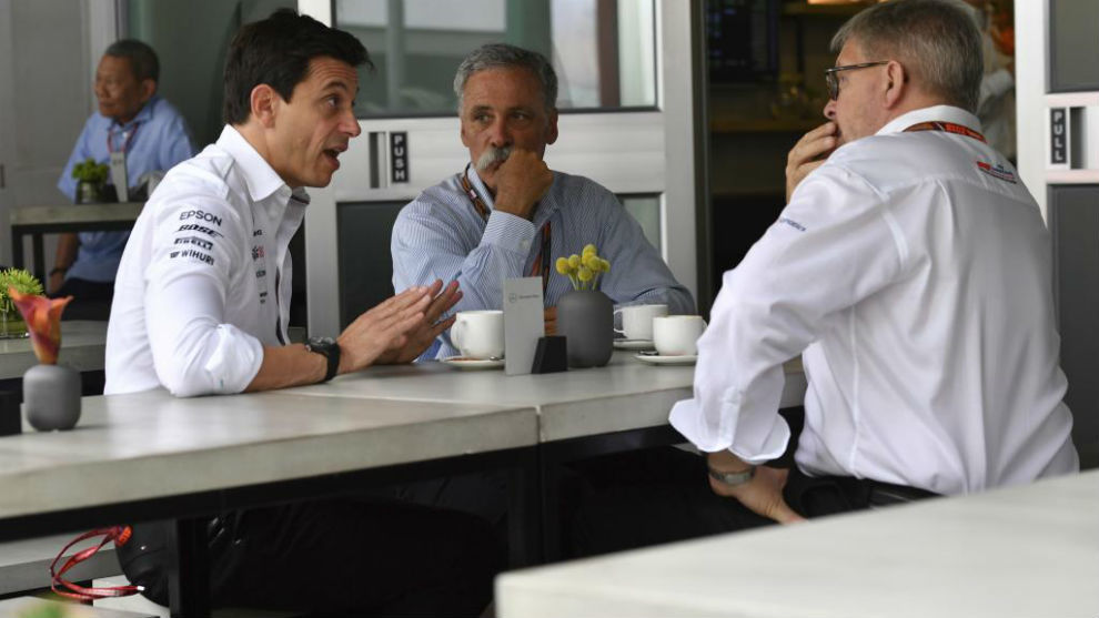 Toto Wolff (Mercedes), junto a Chase Carey y Ross Brawn.