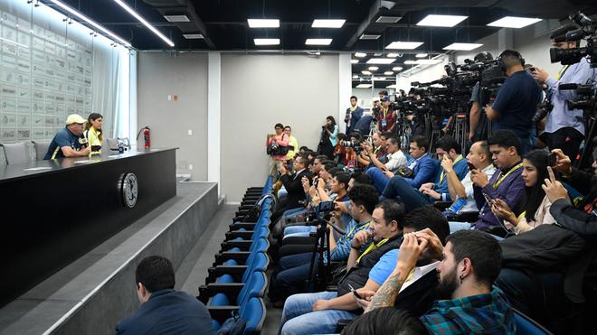 Periodistas presentes en la sala de prensa del Club América.