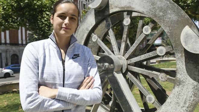 Ángela Salvadores, jugadora de la Virtus Bolonia, posa durante un...